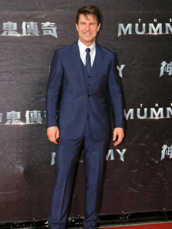 Tom Cruise's rich, blue suit brings out the colour in Tom Cruise's eyes. It's a very flattering colour on him.